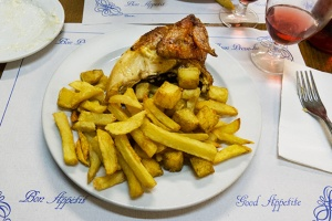 pollo con patatas fritas